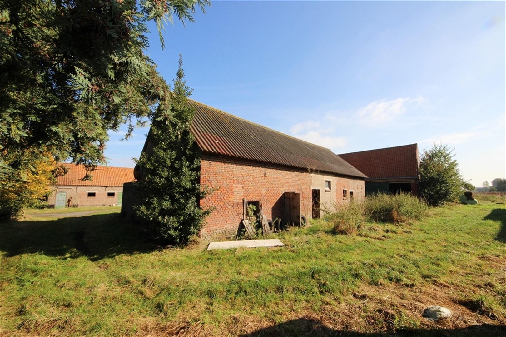 Te renoveren hoeve met bijgebouwen op 2 5 hectare for Hoeve met paardenstallen te koop