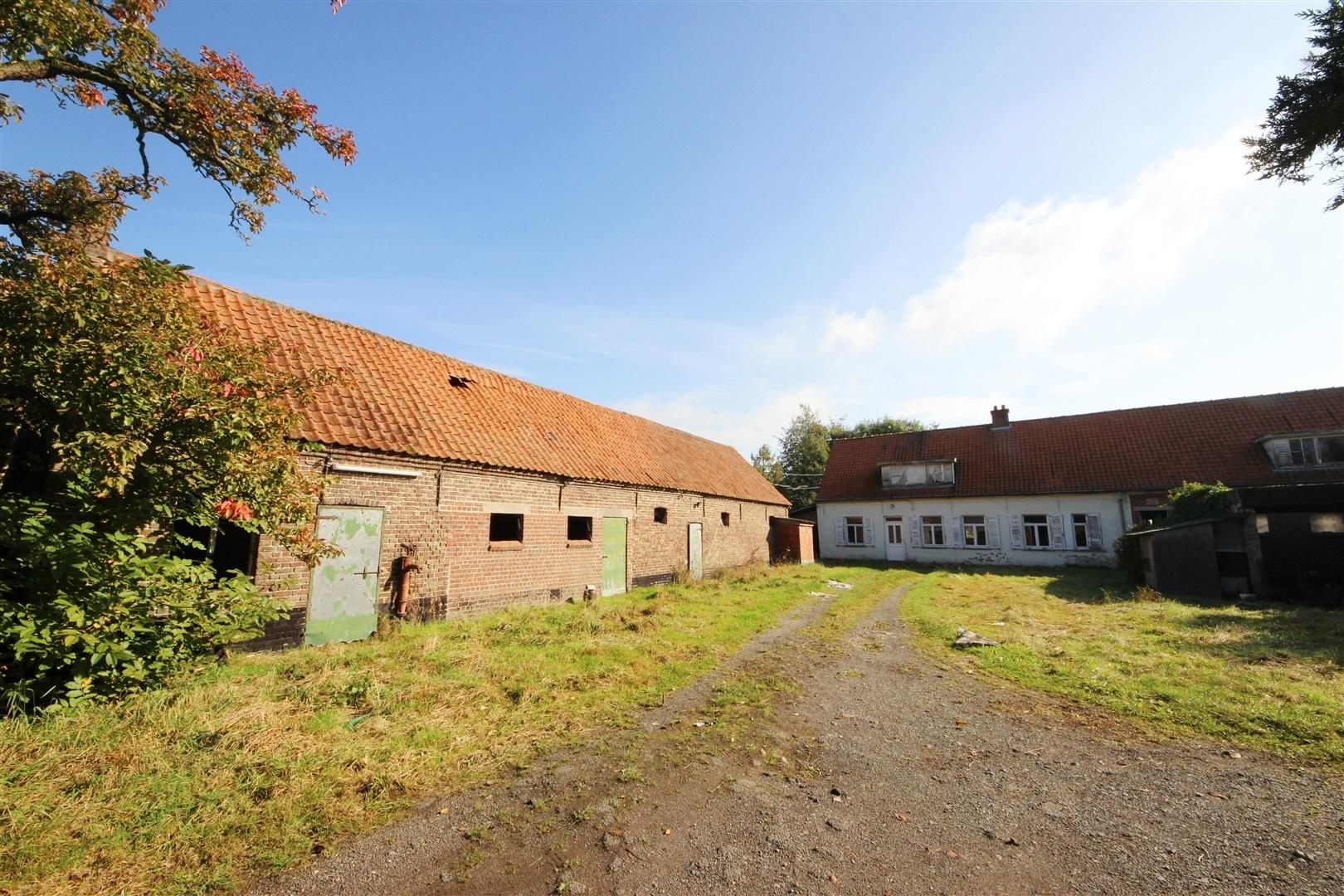 Te renoveren hoeve met bijgebouwen op 2 5 hectare for Boerderij te koop in oost vlaanderen