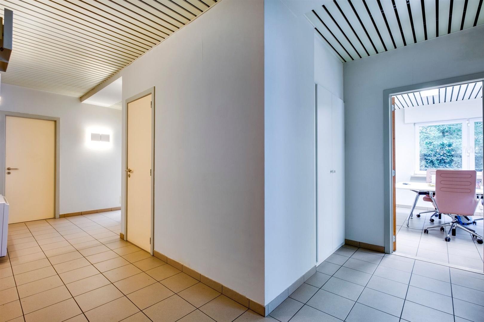 Goed gelegen kantoorruimte met veel lichtinval te Sint-Denijs-Westrem!
