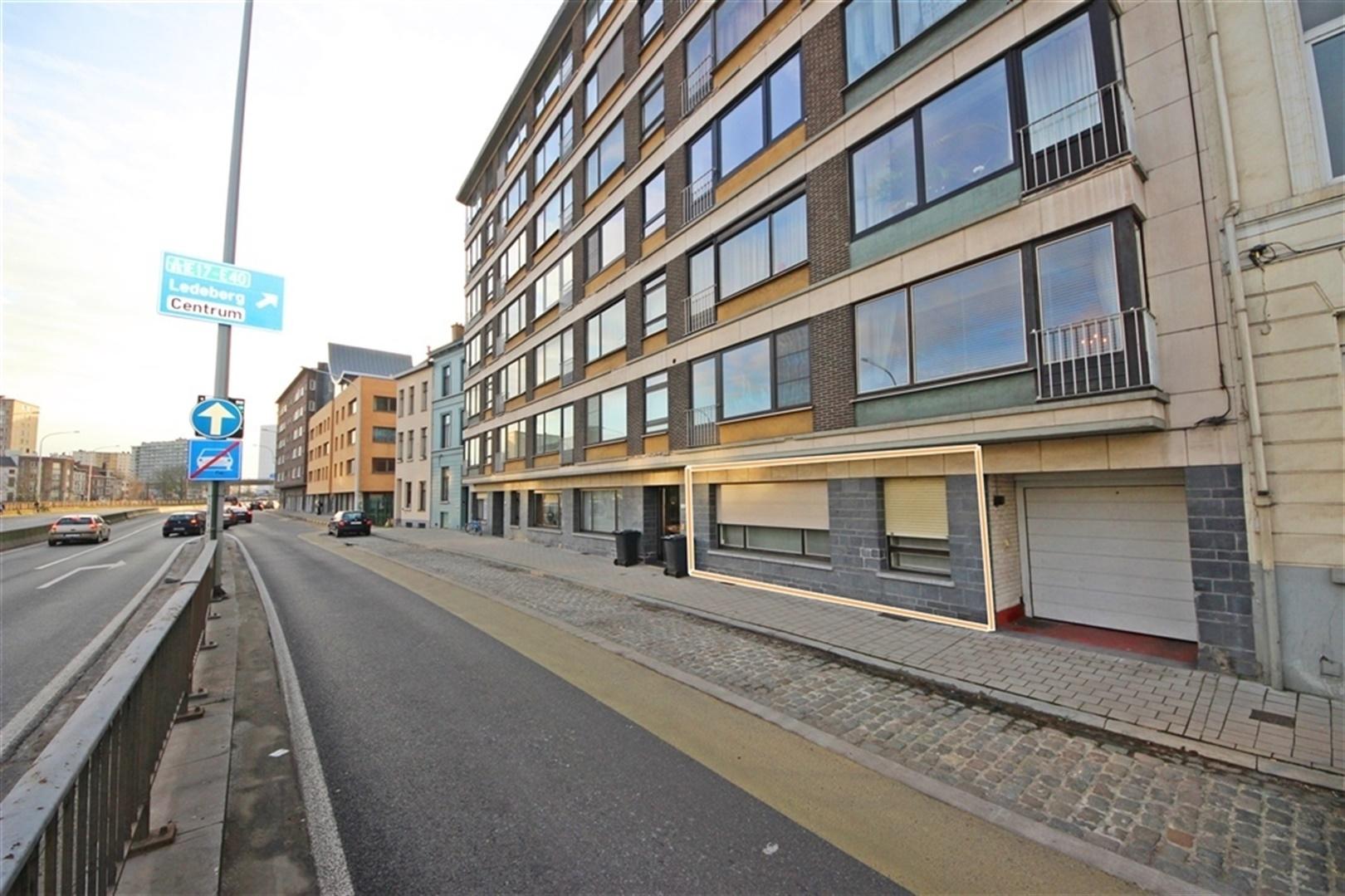 Bekijk VR Tour van Gelijkvloers appartement met 3 slaapkamers en koer in Gent centrum